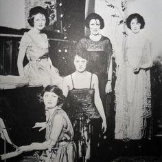 Zelda with her friends, probably around 1919. (Thanks to F- yeah Zelda Fitzgerald blog)