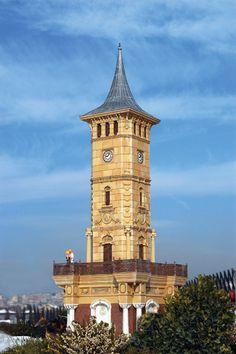 Sultan Abdülhamit'in tahta çıkışının 25. yılı nedeniyle, saat kulesi yapılması ile ilgili olarak valilere gönderilen irade sonucu, ülkenin pek çok yerinde saat kuleleri inşa edilmiştir. 1901 yılında İzmit Mutasarrıfı Musa Kazım Bey tarafından yaptırılan İzmit Saat Kulesi, Mimar Vedat Tek'in eseridir.  Sultan Abdülaziz'in Hünkar Köşkü'nün hemen önünde yer alan neoklasik üsluptaki saat kulesi dört katlıdır. Alt katta sebiller, en üst katta ise saat bulunur. Orta katın her cephesinde 2…
