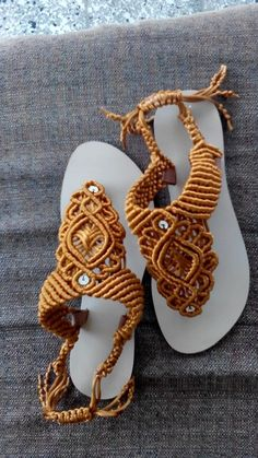 Sandalias doradas medallon central