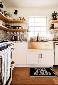 You\ve got to see this holiday tour featuring a living room, kitchen, and dining room with breakfast nook- it\s cozy, earthy, and simple! Great modern boho ideas that won\t kill the holiday budget.