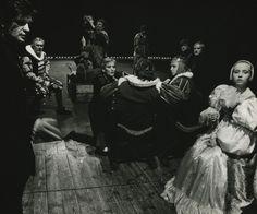 Tytuł sztuki: Hamlet /IV/ Autor: William Shakespeare Reżyser: Andrzej Wajda Scenografia: Andrzej Wajda Kostiumy: Krystyna Zachwatowicz Na zdjęciu: scena zbiorowa Autor zdjęcia: Wojciech Plewiński Data premiery: 30.06.1989
