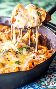 Cheesy Tortellini Skillet Lasagna is perfect when you want lasagna but don't have the time to make it from scratch. Using tortellini this one pot skillet lasagna can be ready in 20 minutes! Recipe HERE. Cast Iron Skillet Cooking, Iron Skillet Recipes, One Skillet Meals, Cast Iron Recipes, Skillet Lasagna, Lasagna Soup, Tortellini Pasta, Pasta Meals, Pasta Dishes