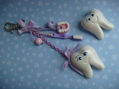 Is that a charm with a little dental plate and palate on it. Fimo Clay, Polymer Clay Projects, Polymer Clay Creations, Polymer Clay Art, Clay Keychain, Keychains, Biscuit, Small Figurines, Baking Clay