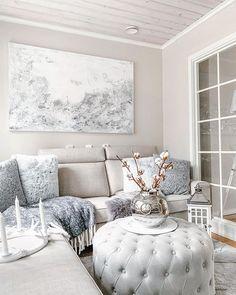 Sohvatyynyjen graafiset pinnat yhdessä seinätaulun kanssa elävöittävät mukavasti sisustuksen vaaleaa ja rauhallista tyyliä.