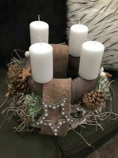 Christmas Advent Wreath, Christmas Crafts, Christmas Decorations, Xmas, Table Decorations, Christmas Floral Designs, Christmas Inspiration, Pillar Candles, Centerpieces