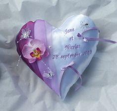 coussin mariage, porte alliance cœur blanc violet parme avec prénoms brodés : Autres accessoires par saperlipopette-creations