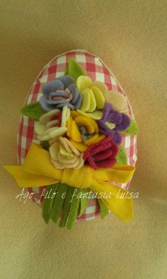Uovo in polistirolo decorato con fiori di panno lenci