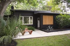 Mid Century House Exterior Design The Best Looks Natural - MagzHome Black House Exterior, Modern Exterior, Exterior Design, Cottage Exterior, Traditional Exterior, Bungalow Exterior, Exterior Paint Colors, Exterior House Colors, Exterior Makeover