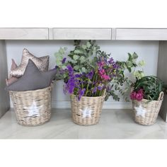 Compra en mon Deco Shop, tu tienda de muebles y decoración, las cestas de mimbre con estrella blanca para decorar una habitación, ideal si pones flores