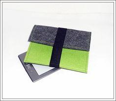 Die Filzhülle ist passend für einen E-Book-Reader.  Die Hülle besteht aus 3 mm starken apfelgrünen und anthrazit-melierten Filz. Geschlossen wird...