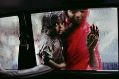 Mother and child looking in through a taxi window, Bombay, India, 1993 | Steve McCurry