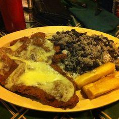 Bistec a la Milanesa, arroz con frijoles negros y yuca frita