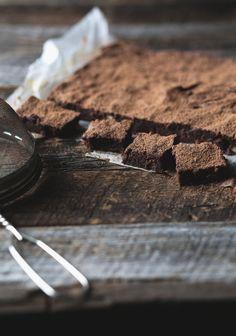 Pour être bien honnête, je voulais créer une recette de brownie à base de purée de patates douces. Après quelques essais, le résultat était bon, mais… ordinaire. Disons que d'intégrer un aspect plus santé à ma recette me donnait envie d'aller me payer un « sugar rush » à la pâtisserie du coin. Pas bon signe!