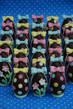 Segnaposto Pasquali- Placeholter chocolate eggs by Alessandra Cake Designer - we'd love to use Power Flowers to try this! Easter Cupcakes, Easter Cookies, Easter Treats, Easter Chocolate, Chocolate Art, Easter Deserts, Easter Holidays, Easter Party, Easter Recipes