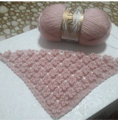 No photo description available. Filet Crochet, Crochet Shawl, Diy Crochet, Crochet Stitches, Crochet Patterns, Crochet Scarves, Baby Blanket Crochet, Diy And Crafts, Beanie