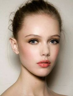 Coral lips, bright pink or coral blush, gold eye shadow