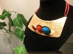 Collar confeccionado en bronce y acrílico $78.000 (3000411114)(roca)