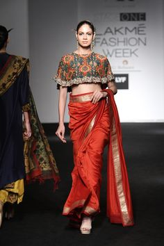 Wear these off-beat blouse designs with a designer saree for your BFF's wedding. We have picked 15 latest saree blouse designs that are ruling the fashion circles just for your Lakme Fashion Week, India Fashion, Ethnic Fashion, Asian Fashion, Fashion Weeks, London Fashion, Blouse Back Neck Designs, Saree Blouse Designs, Indian Attire