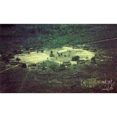 Foto aérea da aldeia circular dos Mekrãgnoti, tendo ao centro a casa dos homens. Foto: Gustaaf Verswijver, 1991.