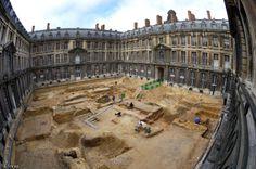 Fouille de la cour du Grand Commun du château de Versailles (Yvelines), 2007. La fouille a révélé le jeu de paume et le pavillon d'habitation du maître paumier, construits sur ordre de Louis XIII aux alentours de 1630...