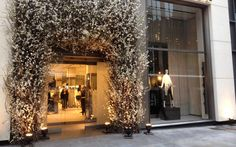 Spanish fashion label Zara has opened its largest US store on New York's famed Fifth Ave. The shop is not a replica of typical Zara shops; instead, it employs Design Blog, Store Design, Visual Merchandising, Zara Shop, Retail Architecture, Store Layout, Spanish Fashion, Shop Fronts, Design Furniture