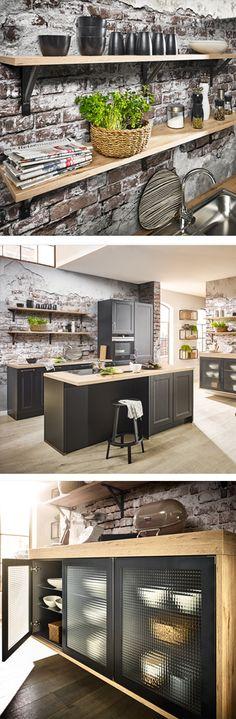 Schwarze Landhaus Küche Mit Glas Kommode Und Praktischem Wandboard