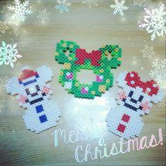 #ShareIG クリスマスツリー飾りたいけど姫にいたずらされちゃうから出せず… クリスマスの飾りがちょっともなかったのでアイロンビーズで飾り作ってみたよ♡ 肌色のアイロンビーズ買ってサンタミッキーとミニーも作るつもり☺ ハマりやすくて飽きやすい私なので飽きないうちに作って飾り付けします♡ #アイロンビーズ