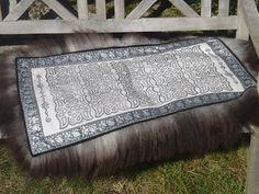 Langli skinnfell: Sort ènskinnsfell med bånd i sort og sølv