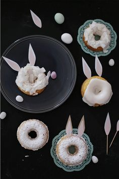 """#Donuts im Hasenkostüm: weißer Schoko-Guss drauf, ein paar Kokosflocken oder Puderzucker. Dann die Ohren aus Papier anstecken und fertig ist eine lustige Leckerei zu """"Ostern"""" für die #Kinder"""
