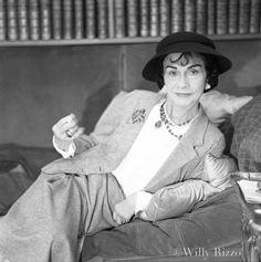 Coco Chanel dans son appartement de jour du 31 rue Cambon au 2ème étage Aout 1956 © Willy Rizzo