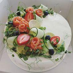 #lohivoileipäkakku #voileipäkakku #lämminsavulohi #kotileipomo Pain, Fruit Salad, Buffet, Berries, Recipes, Instagram, Savory Snacks, Noel, Table