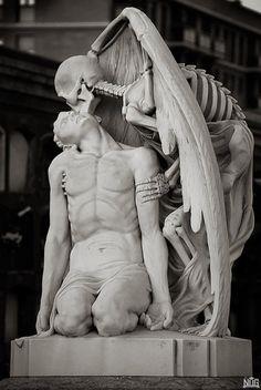 12.-The-kiss-of-death-statue.jpg 1,000×1,492 pixels
