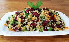 Quinoa ist ein sehr leichtes, aber äusserst nährstoff- und vitalstoffreiches Getreide. Gemeinsam mit den Kidneybohnen und dem Gemüse wird aus diesem Salat eine anhaltend sättigende und sehr gesunde Hauptmahlzeit. Aufgrund seiner Farbenvielfalt sieht er nicht nur delikat aus, sondern er schmeckt auch mindestens genauso gut. (Zentrum der Gesundheit) © ZDG #quinoa #salat #bohnen #vegan #rezept