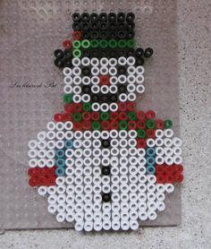 Perle Hama : bonhomme de neige Christmas Perler Beads, Christmas Tree Ornaments, 5 Min Crafts, Knit Stockings, Tile Crafts, Pearler Beads, Advent Calendar, Crafty, Knitting