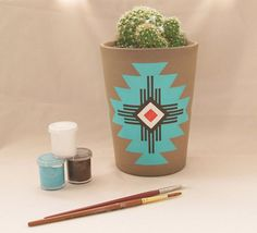 A great Native American inspired hand painted flower pot (or cactus!) # Cowboys & Indians # Native Party # Indiens # Pow Wow A great Native American inspired hand painted flower pot (or cactus! Painted Plant Pots, Painted Flower Pots, Pots D'argile, Clay Pots, Native American Pottery, Native American Design, Southwestern Decorating, Southwestern Style, Clay Pot Crafts