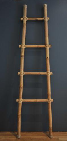 Ce style là c'est parfait. Tout simple quoi. Qui est plus large en bas qu'en haut avec 3 barreaux (c'est pr prendre des habits). J'imagine bien en bas écarté de 80cm et en haut 40cm. Et 1m de haut.