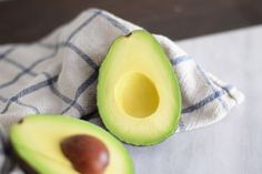 Blanching an avocado is the simplest and most effective way to prevent it from turning brown after it is cut, with no changes to the taste or texture. Hard Avocado, Freeze Avocado, How To Cut Avocado, How To Make Guacamole, Ripe Avocado, Avocado Recipes, Healthy Recipes, How To Prepare Avocado, Cooking Tips