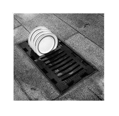 Kunstenaar: Chema Madoz | Stroming: Surrealisme. | Volgens mij is dit kunstwerk fotografie. Dit vind ik een heel leuk kunstwerk omdat  een put, waar water naar toe gaat enz. vervangen is voor een druiprek voor de vaat. Het is een mooie scherpe foto, de objecten staan beiden centraal. Het zwart/witte komt mooi uit in de grijstinten (= mooi contrast).