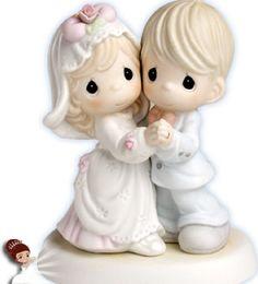 Beleza e amor, são o tipo de coisa que os noivos buscam em um casamento certo? Tenha tudo isso com esse lindo topo de bolo! Feito em porcelana, vai deixar o seu grande dia ainda mais especial www.noivinhostopodebolo.com