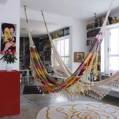 REDE NA SALA | já pensou em receber amigos e convidá-los para sentar na rede da sala?  #verão #decoração #redenasala #relax #dicaTecnisa #Tecnisa