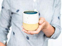 Minimalistischer Becher Blau Weiß // handgefertigte Tasse mit weißer Glasur und kleinen Punkten // Tasse aus Keramik in modernem Design