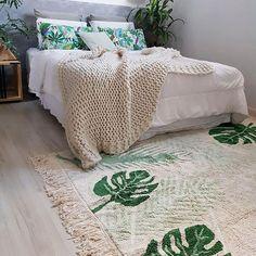 A primeira coisa que penso em relação à um quarto é que ele deve ser confortável acima de tudo, afinal é lá que vamos descansar após um dia agitado e repor as nossas energias.    Eu achava que o nosso quarto estava perfeito até o tapete tropical da @mimootoysndolls chegar e mostrar o que é conforto e beleza ♡  .  .  .  .  #lorenacanals  #decoracao #designdeinteriores #lovedecor #tapete