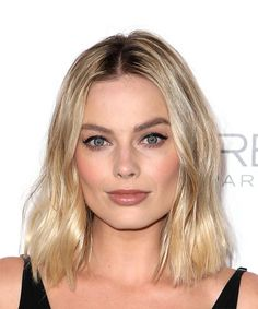 Margot Robbie Medium Wavy Casual Bob - Light Blonde