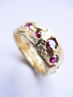 Freeform ring in yellow gold with five rubies. Kelvin J Birk 2019 Bohemia Jewelry, Old Jewelry, Jewelry Art, Jewelry Design, Wax Ring, Love Ring, Contemporary Jewellery, Ring Earrings, Jewerly