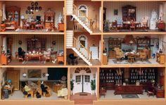 Sehr geehrte Damen und Herren,  anbei sende wir Ihnen ein Bild(ausschnitt) der untersten zwei Stockwerke von unserem Teddyhaus. Es hat die Größe von 1,30 x 1,60 m (vergleichbar zum großen Stadthaus) und wird von 30 kleinen Steiff-Bären bewohnt.  Liebe Grüße, Regina und Frank R.