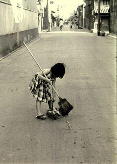 3 AUG 2014 : Kansuke Yamamoto (山本 悍右, 1914 – 1987), uliczna scena z Kyoto, z 1955 roku. / Street scene. Kyoto, 1956.