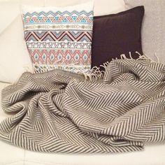 Unsere neue Decke von @urbanara. Sie ist aus 100% Schurwolle und nicht kratzig. Ich muss dazu sagen, da wir eine Ledercouch haben achten wir darauf das nur Kissenbezüge & Decken aus Naturmaterialien drauf liegen, wie z.B. aus Cashmere, Wolle, Leinen oder Baumwolle. Andernfalls könnten gefärbte Fasern auf die Couch abfärben. #home #living #instahome #winter #plaid #urbanara @thestylelicious