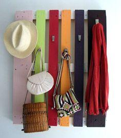 Knage til at hænge tøj og tasker på lavet af en palle - malet i flotte farver
