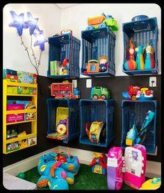 Decoração sala de aula com caixotes de plástico