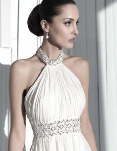 Detalle del torso de este vestido con pedreria.